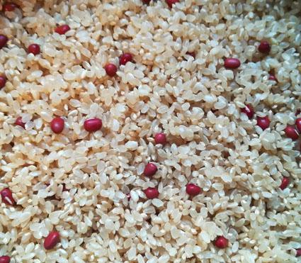 小豆をまぶした玄米